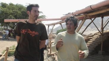 Caminando por la huaca con el arqueólogo Ignacio Alva Meneses.