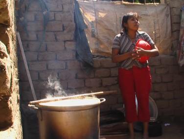 Mujer preparando la chicha de jora