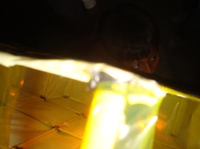 Detalle de un niño con su antorcha