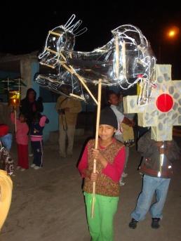 Niña llevando su antorcha en honor de la Cruz de Chota