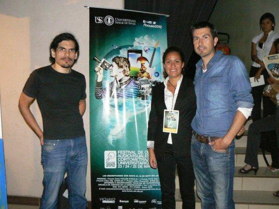 """Javier Expósito Martín y Gisella Burga de 1Frame Producciones con Roberto de la Puente, director del documental """"Choleando""""."""